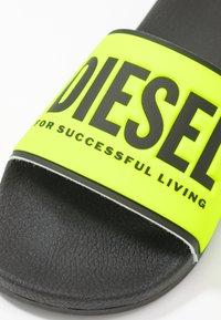 Diesel - VALLA SA-VALLA W - Pantofle - fluo/black - 2