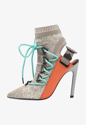 SLANTY D-SLANTY HASS - Kotníková obuv na vysokém podpatku - white/orange