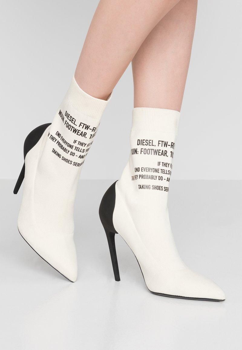 Diesel - SLANTY D-SLANTY HAB - High Heel Stiefelette - white