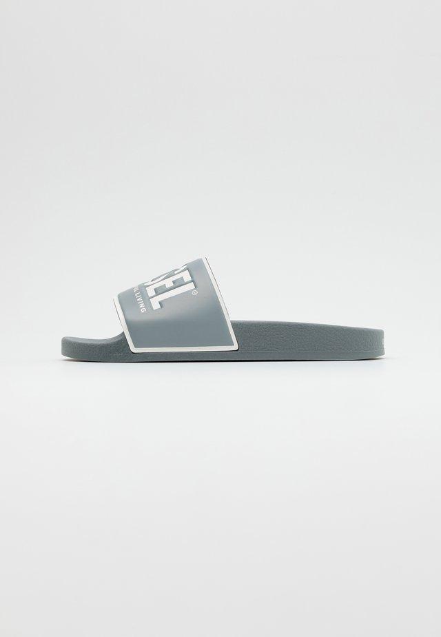 VALLA SA-VALLA - Matalakantaiset pistokkaat - grey