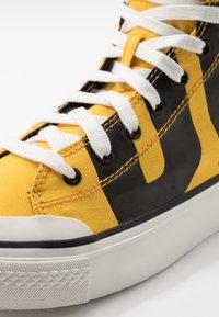 Diesel - S-ASTICO MC - Sneakers alte - freesia yellow/black - 6