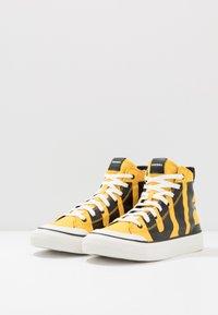 Diesel - S-ASTICO MC - Sneakers alte - freesia yellow/black - 2