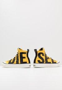 Diesel - S-ASTICO MC - Sneakers alte - freesia yellow/black - 5