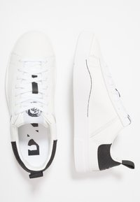 Diesel - S-CLEVER LOW - Sneakers basse - weiss/schwarz - 1