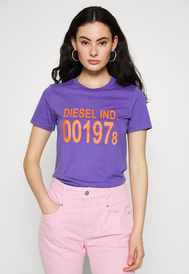 T-SILY-001978 T-SHIRT - Print T-shirt - purple