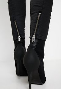 Diesel - FAYZA-NE SP - JOGG - Jeans relaxed fit - dark grey - 5
