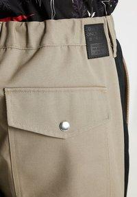 Diesel - P-LEV TROUSERS - Pantalon classique - beige/olive - 3