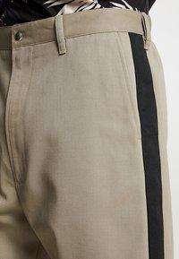 Diesel - P-LEV TROUSERS - Pantalon classique - beige/olive - 5