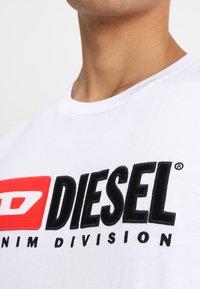 Diesel - T-JUST-DIVISION - Triko spotiskem - weiss - 4