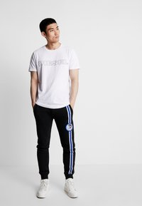 Diesel - UMLT-JAKE T-SHIRT - T-shirt con stampa - white - 1