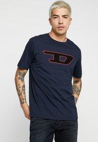 Diesel - T-JUST-DIVISION-D T-SHIRT - Triko spotiskem - dark blue - 0