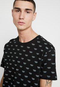 Diesel - UMLT-JAKE T-SHIRT - T-shirt imprimé - black - 4
