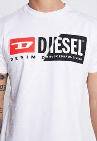 Diesel - T-DIEGO-CUTY - Triko spotiskem - white - 5