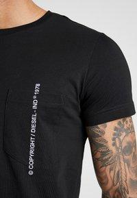 Diesel - T-RUBIN-POCKET-J1  - T-shirt imprimé - black - 4
