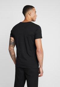 Diesel - T-RUBIN-POCKET-J1  - T-shirt imprimé - black - 2