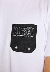 Diesel - BMOWT DIEGO - Triko spotiskem - white - 4