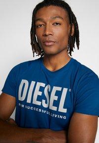 Diesel - T-DIEGO-LOGO T-SHIRT - T-shirt con stampa - blue - 4