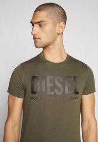 Diesel - T-DIEGO-LOGO T-SHIRT - T-shirt con stampa - khaki - 4