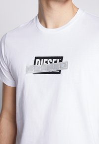Diesel - T-DIEGO-S7 T-SHIRT - T-shirt con stampa - black - 4
