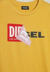 Diesel - TOBBY SLIM 2 C-C T-SHIRT - Longsleeve - giallo pasta - 3