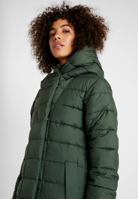 Didriksons - STELLA WOMENS COAT - Zimní kabát - spruce green - 3