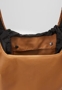 Didriksons - SKAFTÖ GALON BAG - Sports bag - almond brown - 4