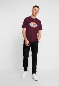 Dickies - HORSESHOE TEE - T-shirt imprimé - maroon - 1