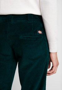 Dickies - CLOVERPORT - Chino kalhoty - forest - 4