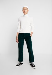 Dickies - CLOVERPORT - Chino kalhoty - forest - 1