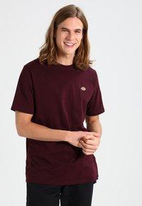 Dickies - STOCKDALE - T-shirt con stampa - maroon - 0
