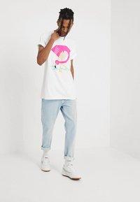Diamond Supply Co. - FLAMINGO SIGN TEE - T-Shirt print - white - 1