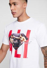 Diamond Supply Co. - ALI SIGN SHORT SLEEVE TEE - T-Shirt print - white - 4