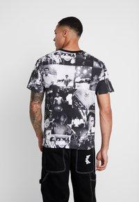 Diamond Supply Co. - MONTAGE TEE - T-shirt med print - black/white - 2