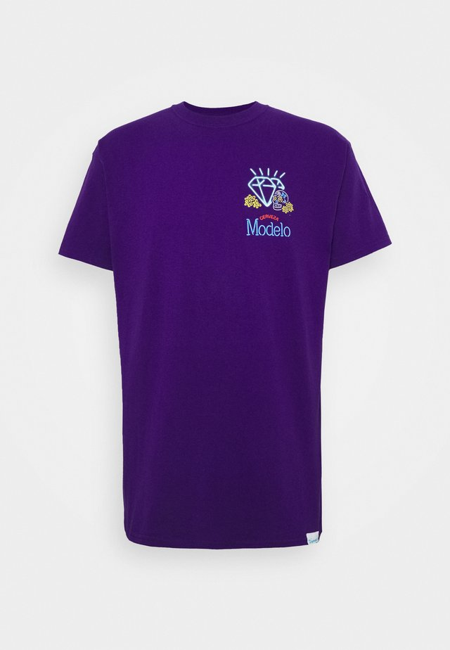 NEON SIGN TEE - T-shirt z nadrukiem - purple