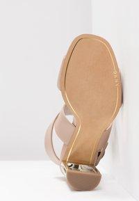 DKNY - HEIDI ANKLE STRAP  - Sandály na vysokém podpatku - nude - 6
