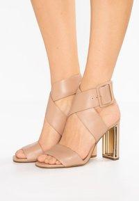 DKNY - HEIDI ANKLE STRAP  - Sandály na vysokém podpatku - nude - 0