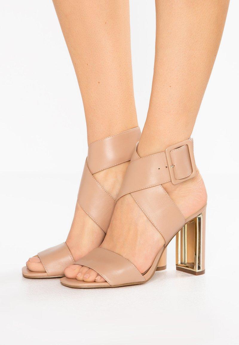 DKNY - HEIDI ANKLE STRAP  - Sandály na vysokém podpatku - nude