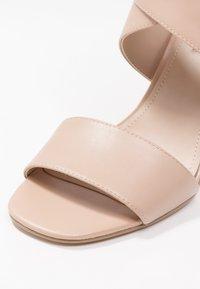 DKNY - HEIDI ANKLE STRAP  - Sandály na vysokém podpatku - nude - 2