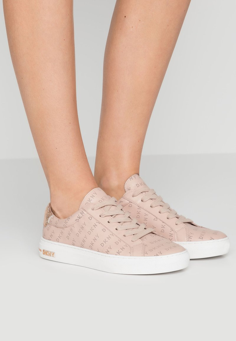 DKNY - COURT - Trainers - nude