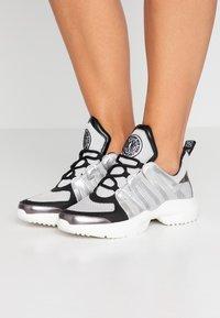 DKNY - LYNZIE  - Sneaker low - silver/black - 0