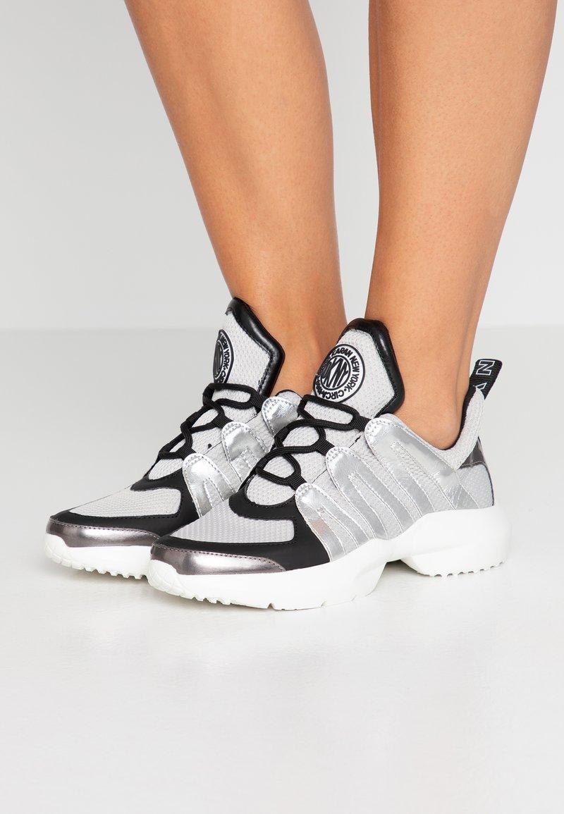 DKNY - LYNZIE  - Sneakers laag - silver/black