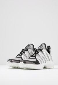 DKNY - LYNZIE  - Sneaker low - silver/black - 4
