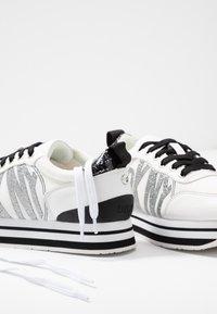 DKNY - PANYA - Baskets basses - white/black - 7
