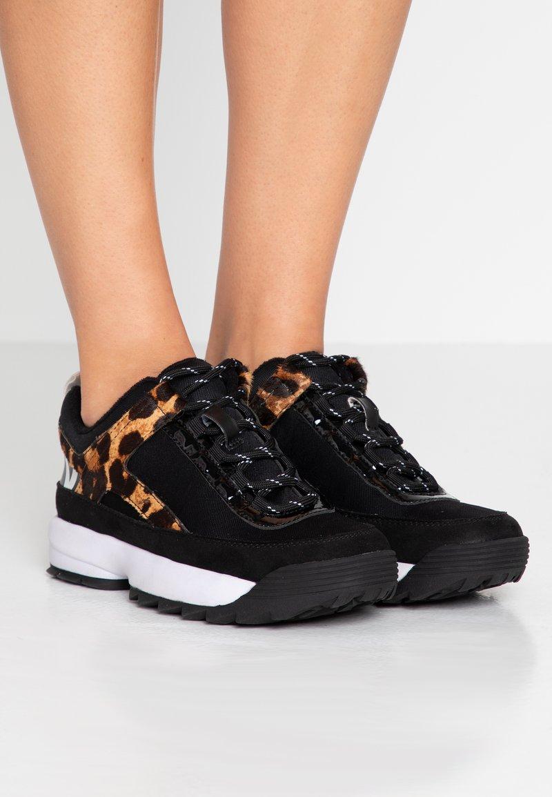 DKNY - DANI - Sneakers laag - black/camel/multicolor