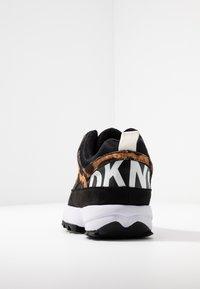DKNY - DANI - Sneakers laag - black/camel/multicolor - 5
