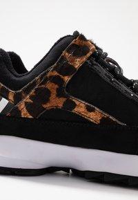 DKNY - DANI - Sneakers laag - black/camel/multicolor - 2