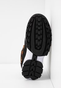 DKNY - DANI - Matalavartiset tennarit - black/camel/multicolor - 6