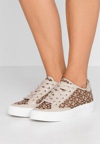 DKNY - REESA LACE UP - Sneaker low - chino - 0