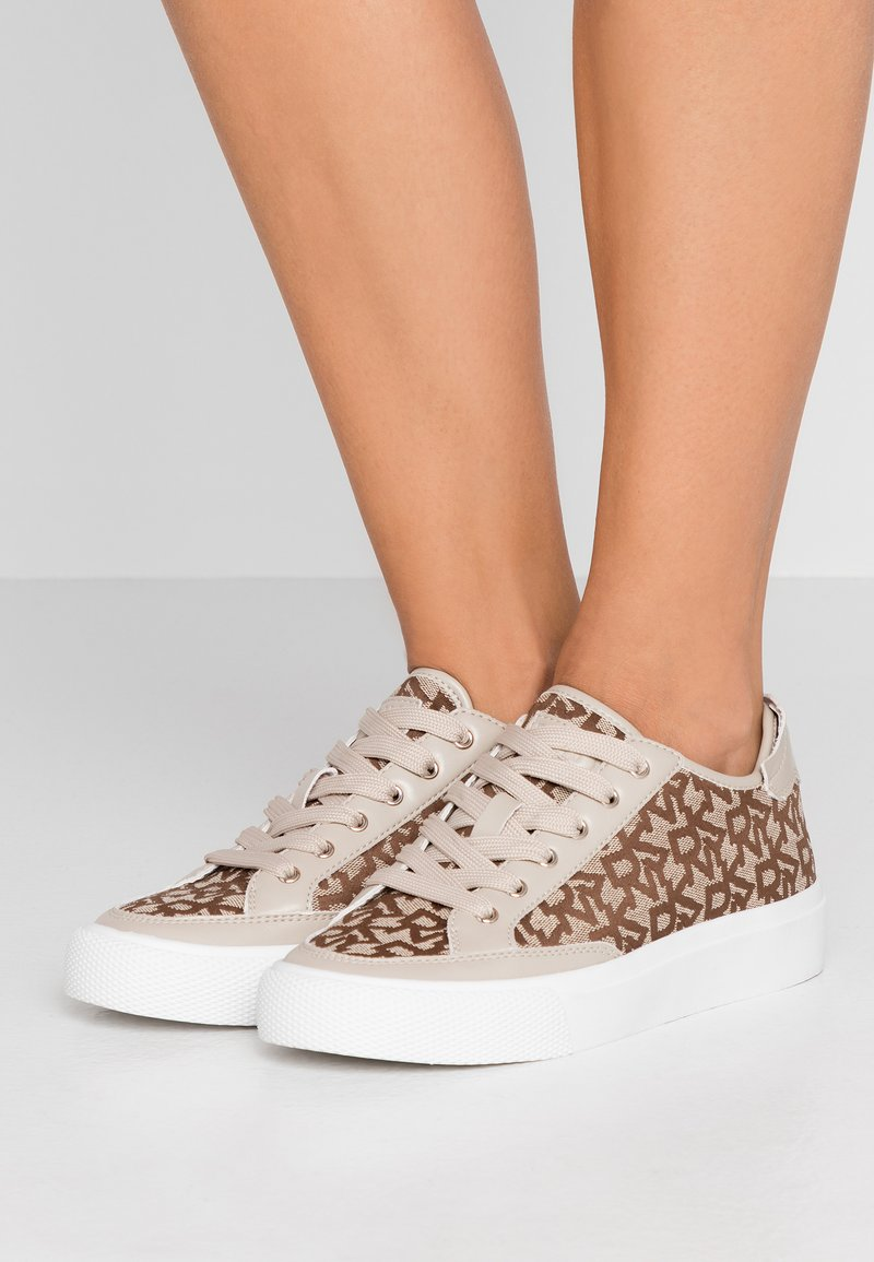 DKNY - REESA LACE UP - Trainers - chino