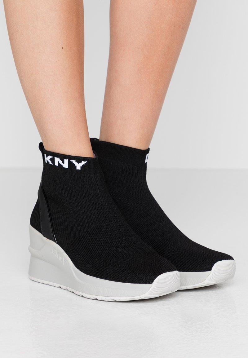 DKNY - LONDON WEDGE - Höga sneakers - black